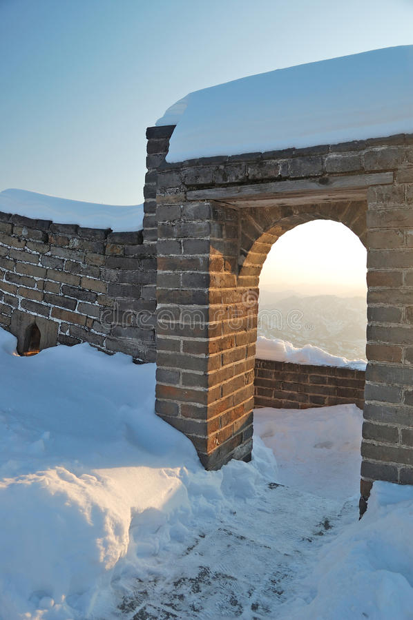 Chinesische Mauer unter dem Schnee lizenzfreie stockfotografie