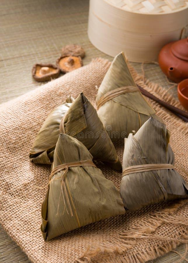 Chinesische Mehlklöße, zongzi normalerweise genommen während des Festivals lizenzfreies stockbild