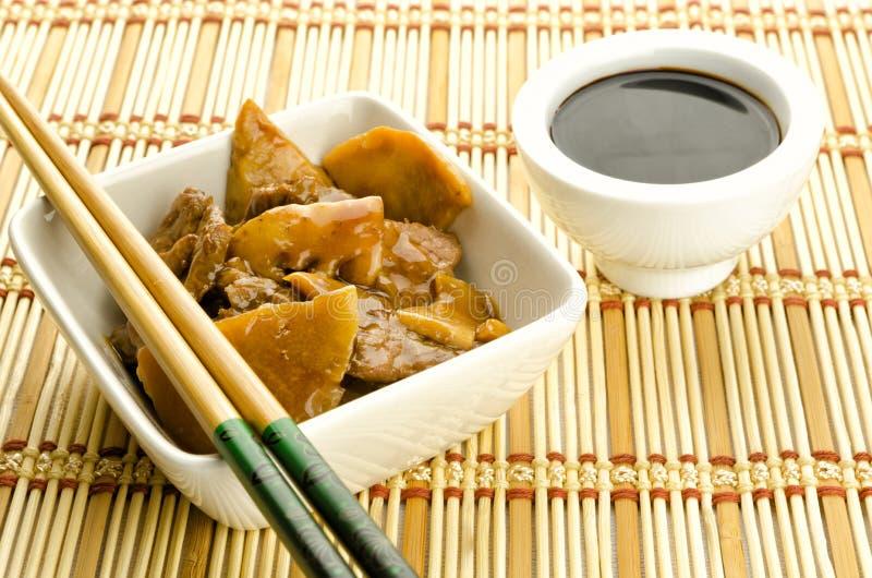 Chinesische Nahrung, Rindfleisch mit Bambus und Pilze stockfotografie