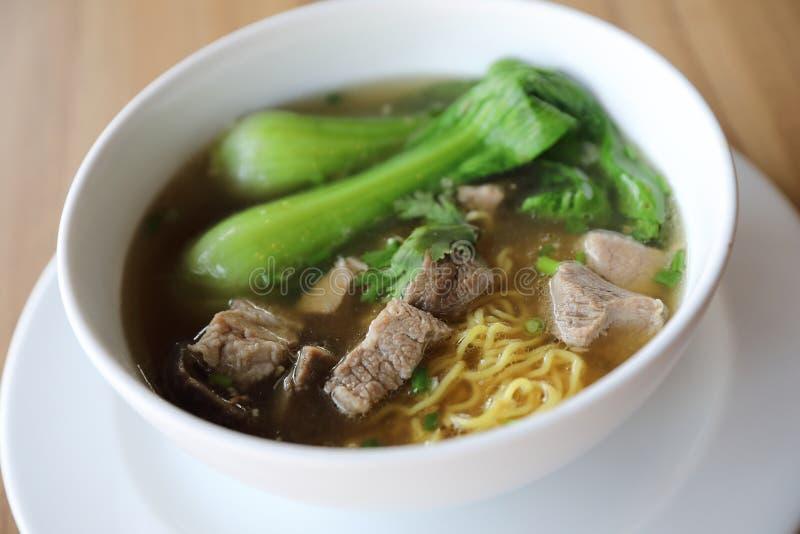 Chinesische Nudeln mit Schweinefleisch auf einem bowl  lizenzfreies stockbild