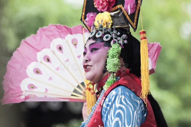Chinesische Opernleistung in einem Garten, Yangzhou, China stockfotos
