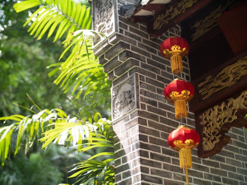 Chinesische Papierlaternen auf einem grauen Ziegelsteintorbogen mit graviert flehen an lizenzfreies stockbild