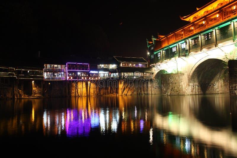 Chinesische Phoenix-Stadt nachts lizenzfreies stockfoto