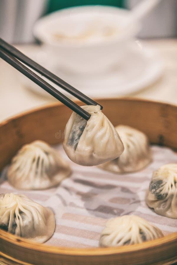 Chinesische Restaurantessen Xiao lange bao Mehlklöße gedämpfte Suppenmehlkloß-Asien-Reise Shanghai-Reiselebensstil stockfotos