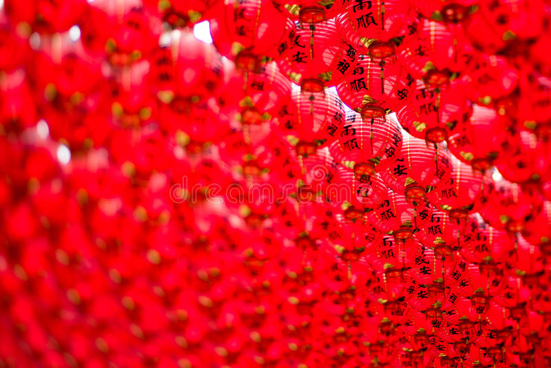 Chinesische rote Laternen, die im Himmel hängen lizenzfreie stockbilder
