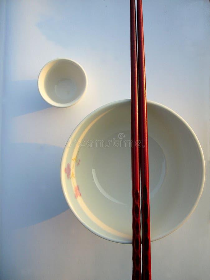 Chinesische Schüssel und Ess-Stäbchen (Kontrast verbessert) stockfotos