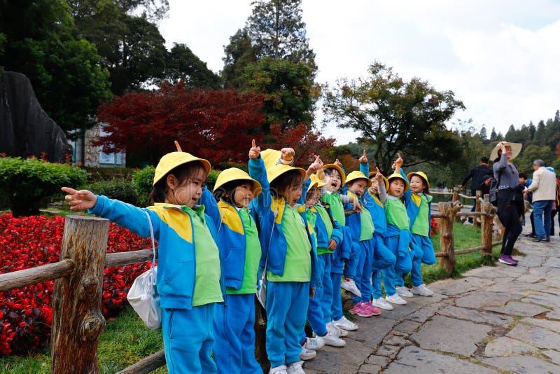 Chinesische Schulklasse auf einer Reise zum Steinwald in Yunnan Yunnan, China lizenzfreie stockfotos