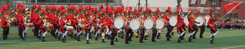 Chinesische Studenten schließen sich der jugendlichen Teamzeremonie, Trommeltrompetenmannschaftsleistung an stockfoto