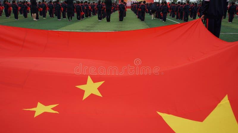 Chinesische Studenten tun Basketball GymnasticsChinese-Studenten, die Junior Team Ceremony verbinden lizenzfreies stockfoto