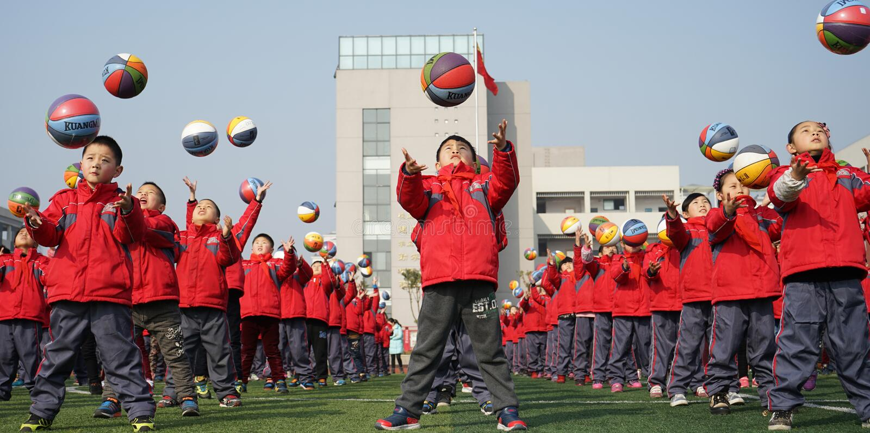 Chinesische Studenten tun Basketball Gymnastik stockfotografie