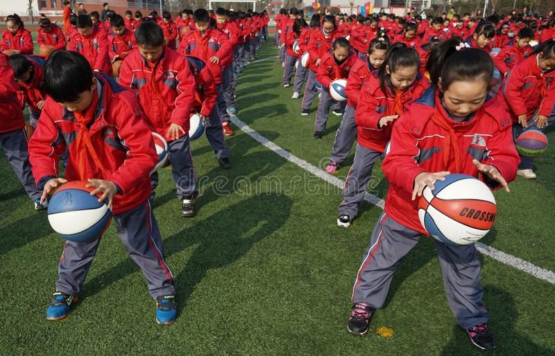 Chinesische Studenten tun Basketball Gymnastik stockbild