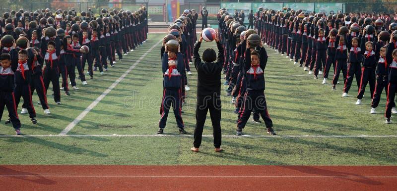 Chinesische Studenten tun Basketball Gymnastik lizenzfreies stockfoto