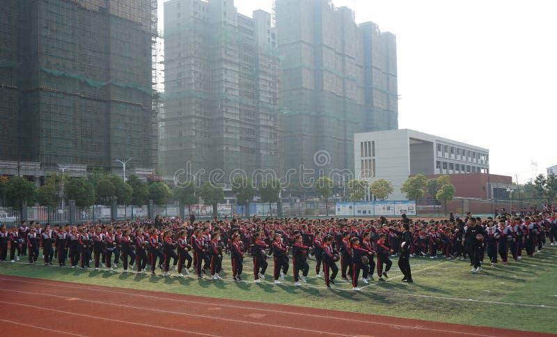 Chinesische Studenten tun Basketball Gymnastik stockfotos