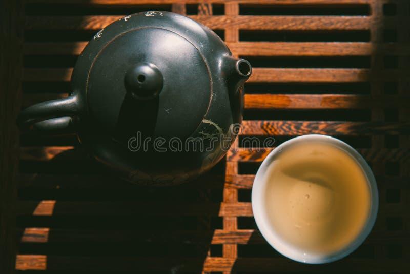 Chinesische Teezeremonie Draufsichtteesatz: Teekanne und eine Schale grüner puer Tee auf Holztisch Asiatische traditionelle Kultu lizenzfreie stockfotografie