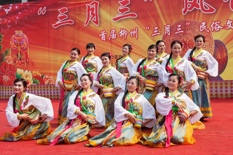 Chinesische tibetanische ethnische Tänzer stockfoto