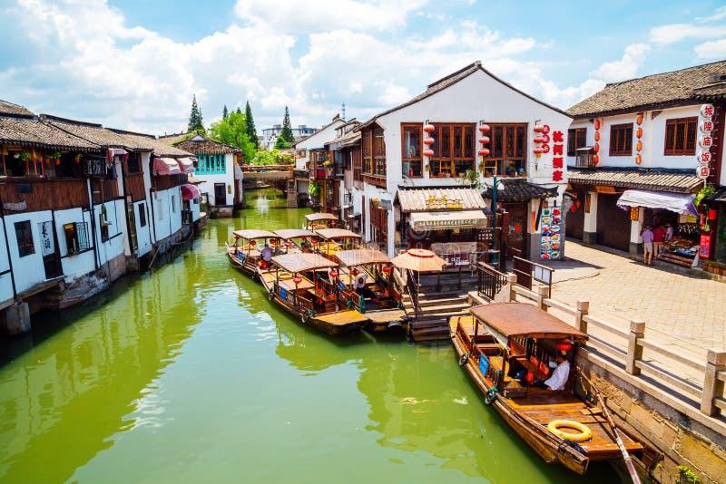 Chinesische traditionelle Architektur und Kanal in Shanghai Zhujiajiao wässern Stadt stockfoto