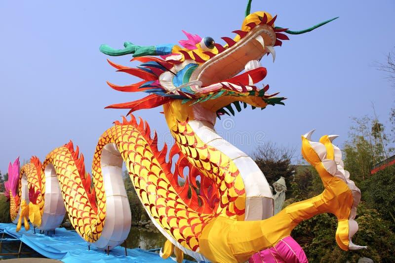 Chinesische traditionelle bunte Drachelaterne lizenzfreie stockfotografie