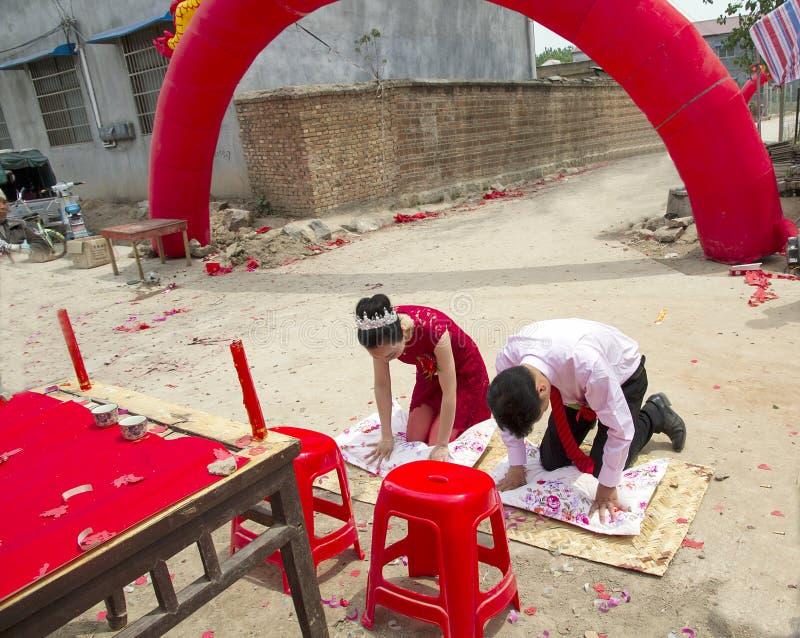 Chinesische traditionelle Hochzeit---Bogen zum Himmel und zur Erde stockbilder