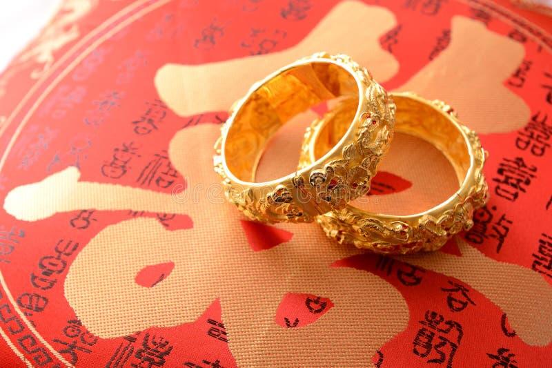 Chinesische traditionelle Hochzeitsgoldarmbänder stockbild