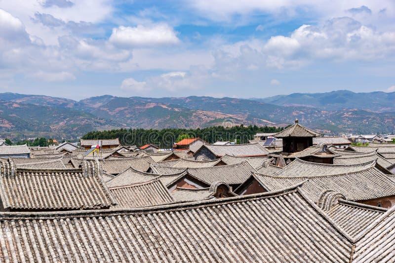 Chinesische traditionelle mit Ziegeln gedeckte Dächer in Dali - Yunnan, China stockfotos