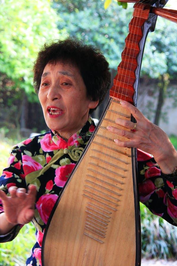 Chinesische traditionelle Musik führt durch ein älteres Paar im te durch lizenzfreies stockfoto