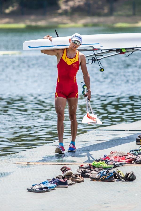 Chinesischer Athlet auf einem Weltrudersport-Cup-Wettbewerb trägt ein Boot stockbilder