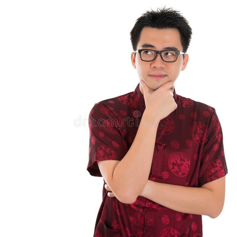 Chinesischer cheongsam Mann, der einen Gedanken hat lizenzfreie stockbilder