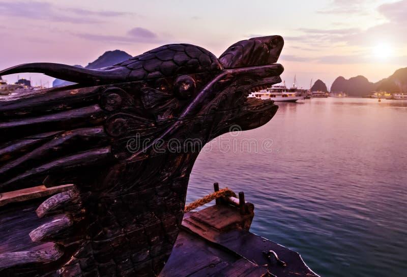 Chinesischer Drache Haupt- Kreuzfahrt ist ein traditioneller hölzerner Kram, der Felseninseln Nord-Vietnam segelt Fokus auf dem K stockbilder