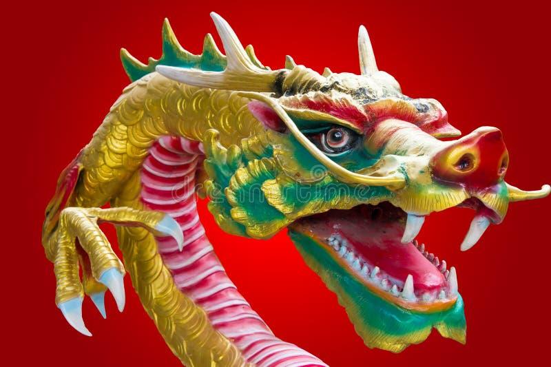 Chinesischer Drache mit rotem Hintergrund lizenzfreie stockbilder