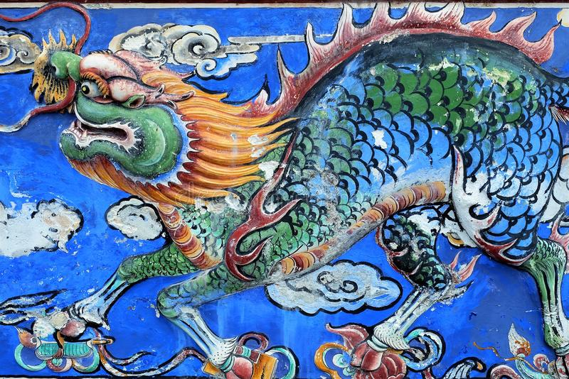 Chinesischer Drache - schöne alte Kunst auf einer Wand lizenzfreie stockfotos