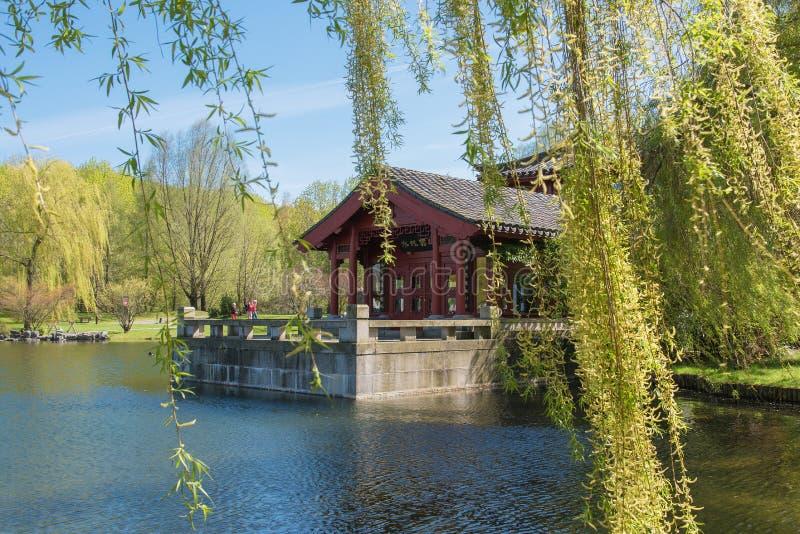 Chinesischer Garten des zurückgeforderten Mondes See mit Teehaus lizenzfreies stockfoto