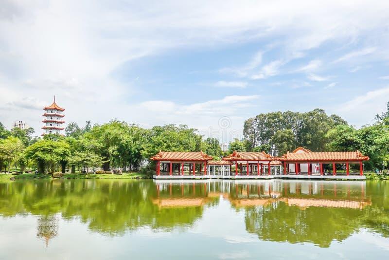 Chinesischer Garten mit der Pagode mit 7 Geschossen, traditionellem chinesischem Pavillon und geschütztem Gehweg neben einem See, lizenzfreies stockbild