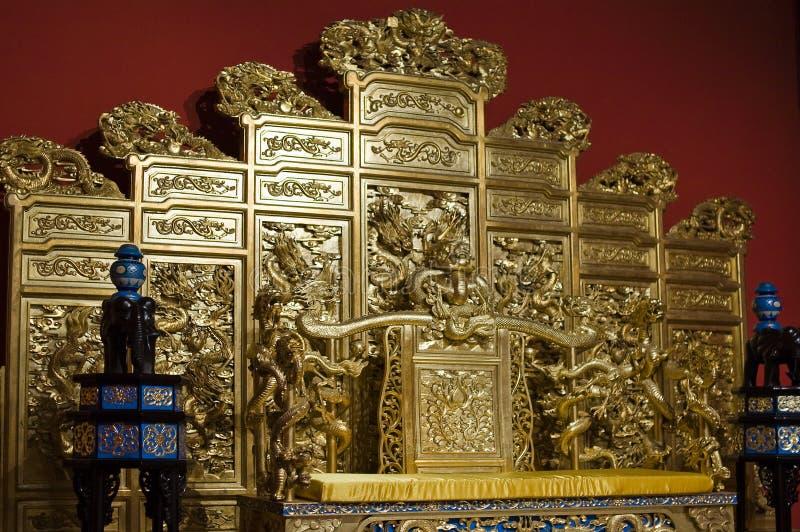 Chinesischer goldener Thron lizenzfreie stockfotos