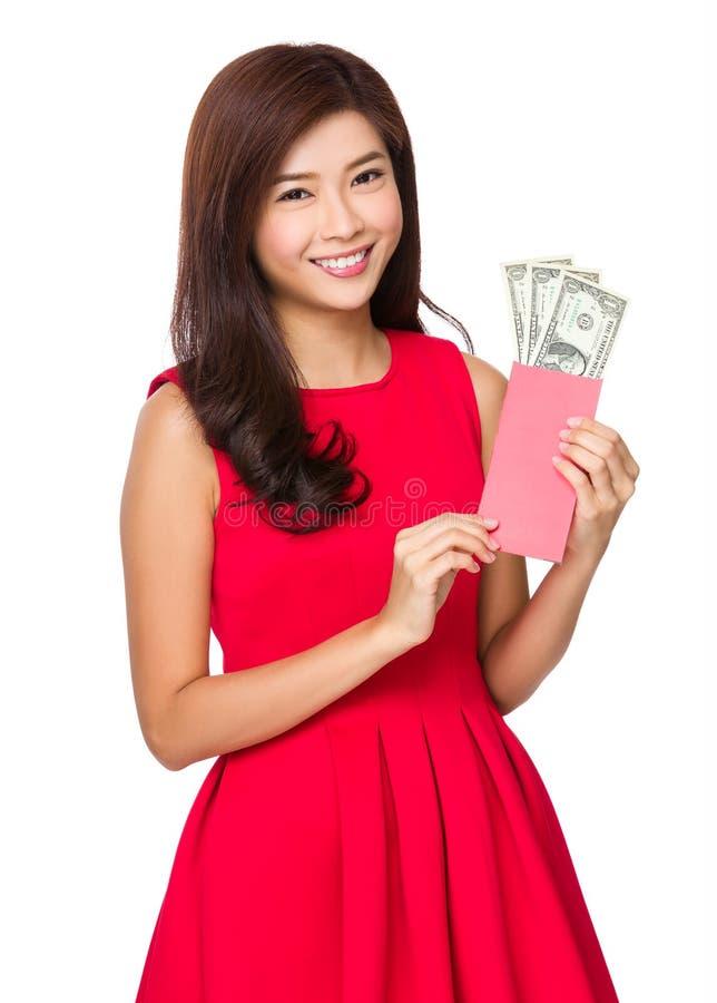 Chinesischer Griff des jungen Mädchens mit glücklichem Geld mit USD lizenzfreies stockbild