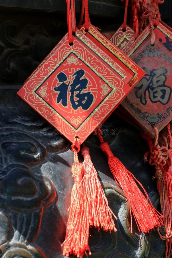 Chinesischer Knoten mit einem Fu-Segen, chinesisches Schriftzeichen des Glückes stockfotos