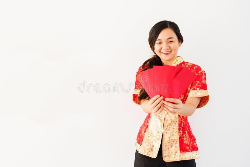 Chinesischer Mädchenblick auf Umschläge mit Geld lizenzfreies stockbild