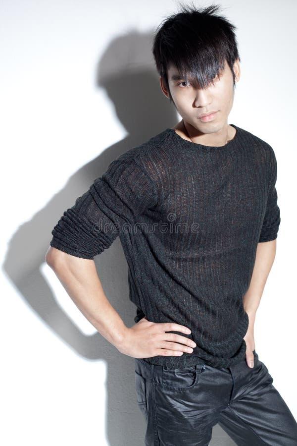 Chinesischer Mann des falschen Jungen im schwarzen Anstarren mit Fluglage lizenzfreies stockbild