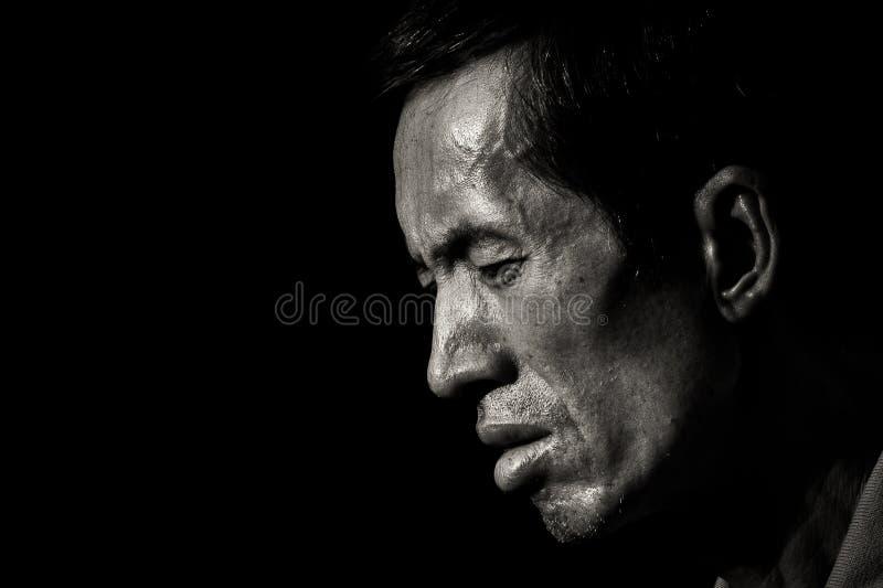 Chinesischer Mann glaubt müde und ermüdet lizenzfreies stockbild