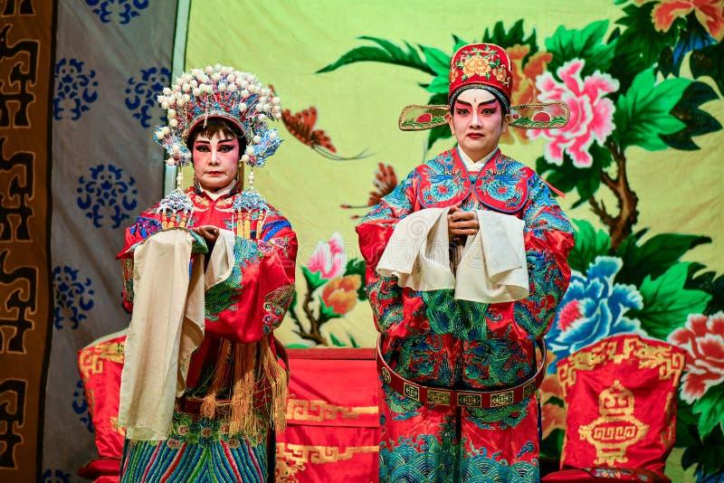 Chinesischer Opernschauspieler und -schauspielerin mit vollem Make-up stockfotografie