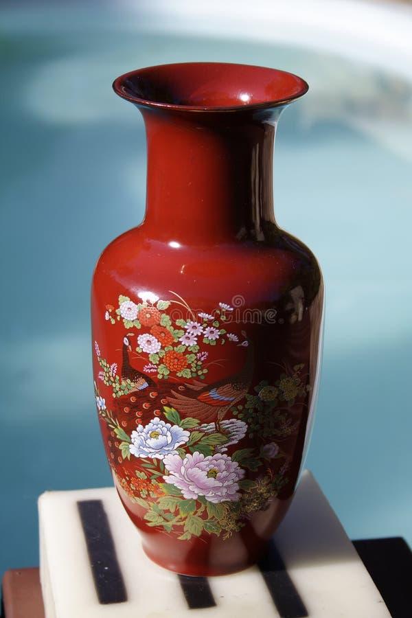 Chinesischer roter Vase lizenzfreie stockfotos
