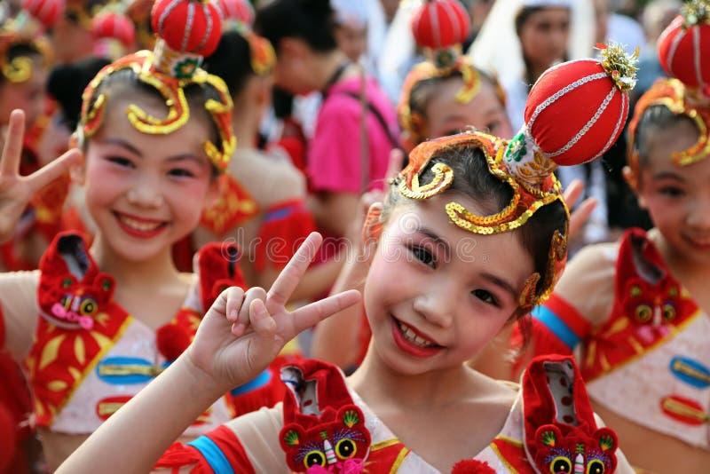 Chinesischer Tänzer im traditionellen Kostüm am internationalen Folklore-Festival für Kinder und Jugend-goldene Fische lizenzfreie stockbilder