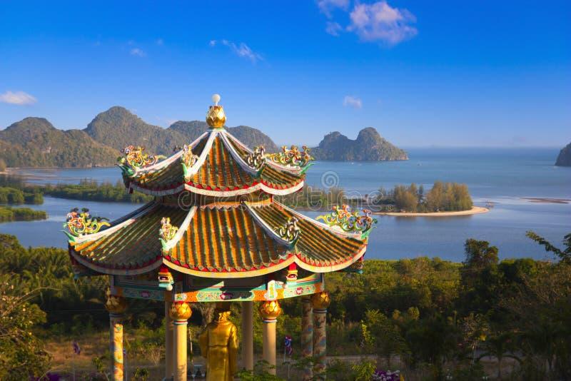 Chinesischer Tempel auf einem Hügel lizenzfreies stockfoto