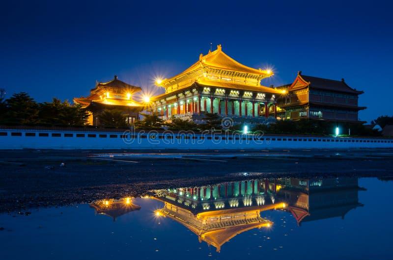 Chinesischer Tempel in der Nacht bei Thailand stockfotos