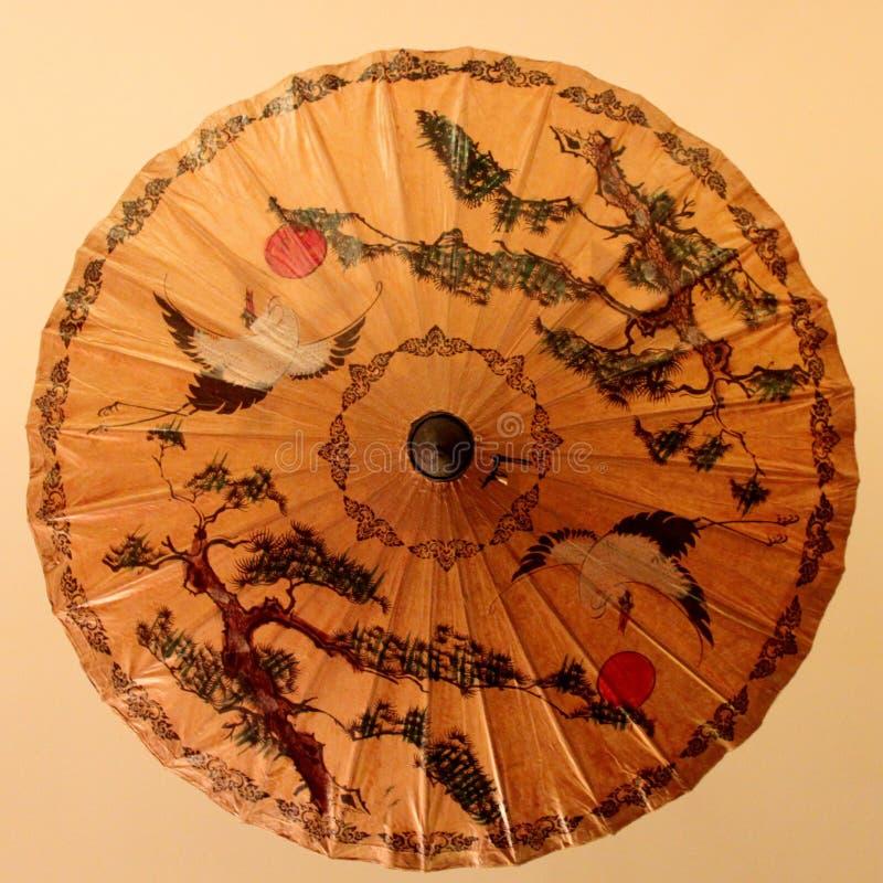 Chinesischer traditioneller Ölpapierregenschirm, mit einem Muster des Kranes und der alten Kiefer lizenzfreie stockbilder