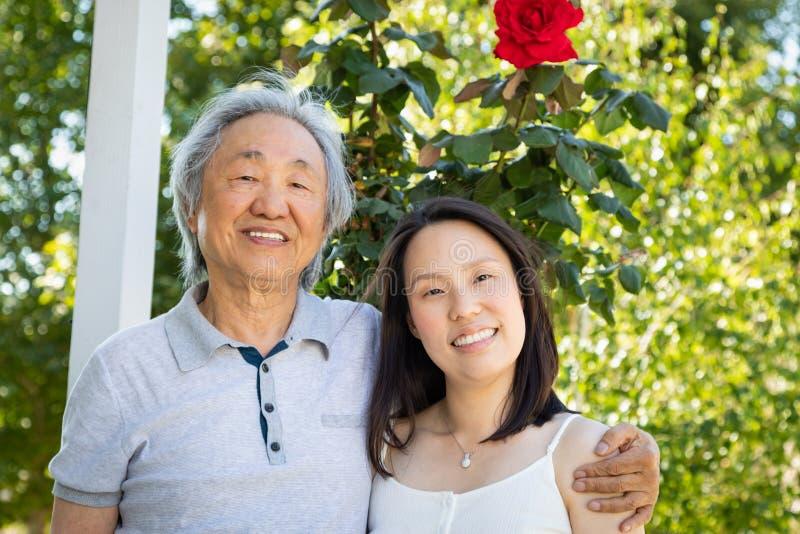 Chinesischer Vater und Tochter draußen stockbild