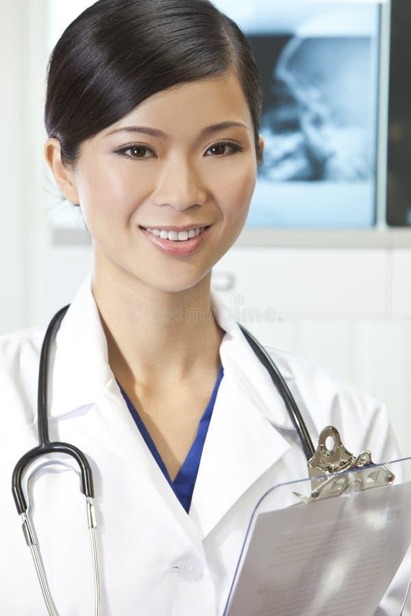 Chinesischer weiblicher Frauen-Krankenhaus-Doktor mit Röntgenstrahlen stockfotos
