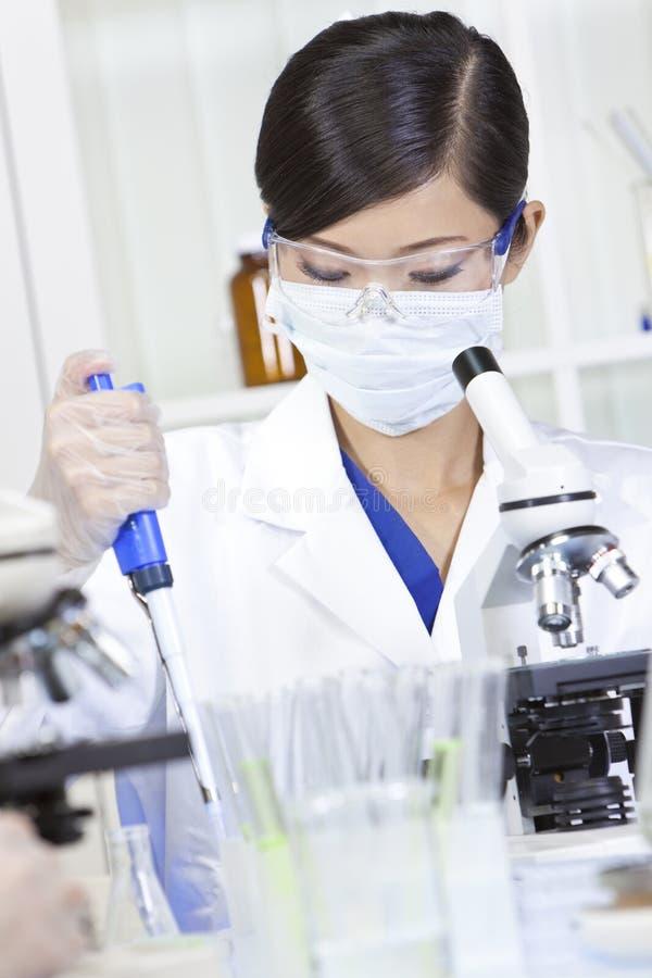 Chinesischer weiblicher Frauen-Wissenschaftler im Labor stockfotos