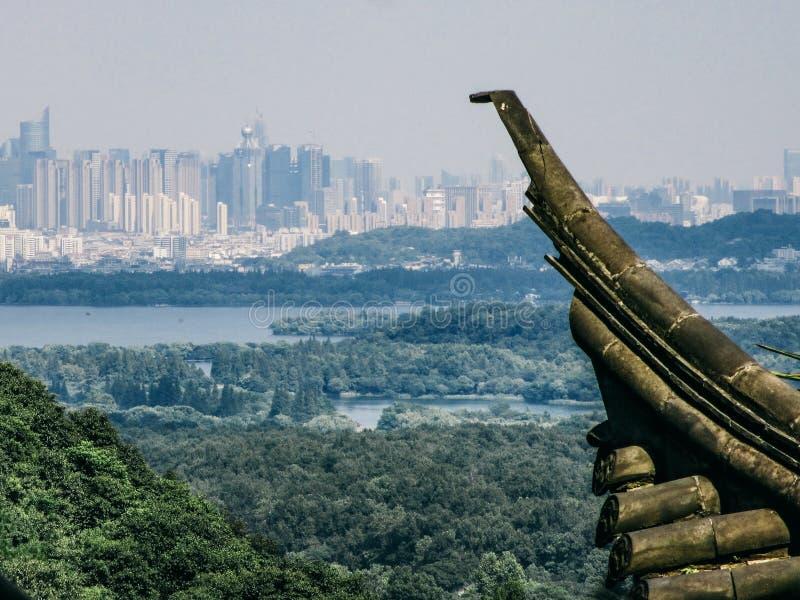 Chinesisches altes Gebäude mit Stadt und Park im Hintergrund stockfotografie