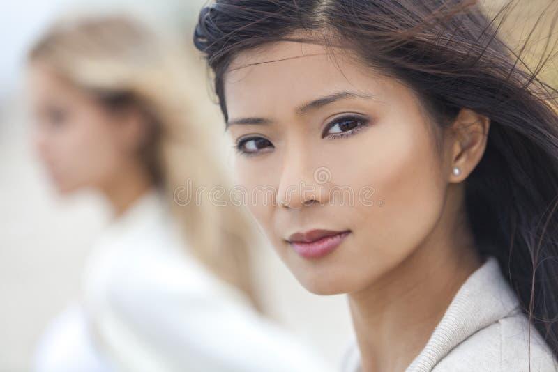 Chinesisches Asiatin-Mädchen u. Freundin am Strand lizenzfreie stockbilder