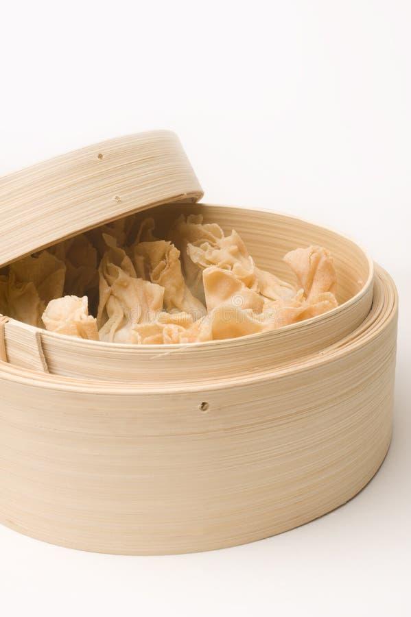 Chinesisches Dim Sum im Bambusdampfer stockfotografie